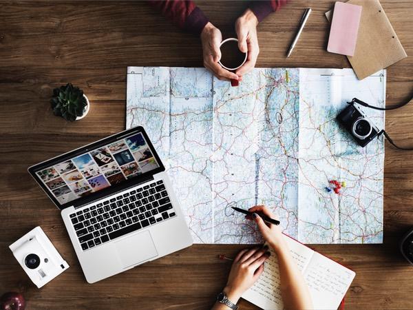 planejamento de viagem com mapa e laptop