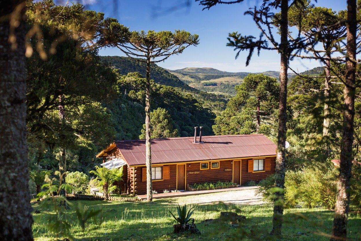 Cabana vista desde a nossa sala de vidro, entre os pinheiros e de frente para o cânion.