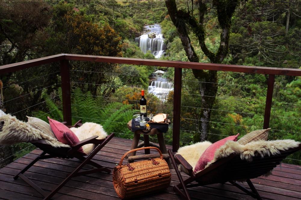 vista cachoeira com cadeiras e vinho