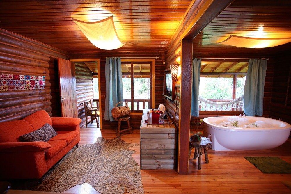 Dois ambientes e espaço interno maior. Sala com lareira e sofá.