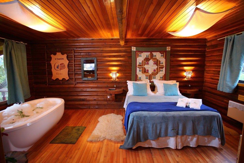 Ofurô com espuma e ervas frescas. Cabana em dois ambientes.