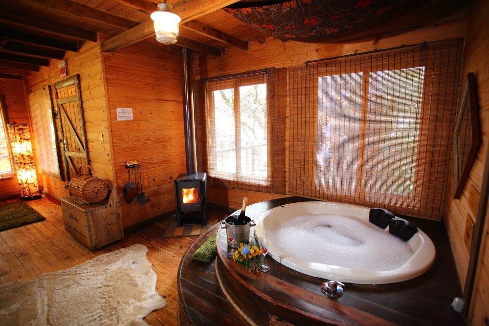 Sala com banheira de hidromassagem e lareira