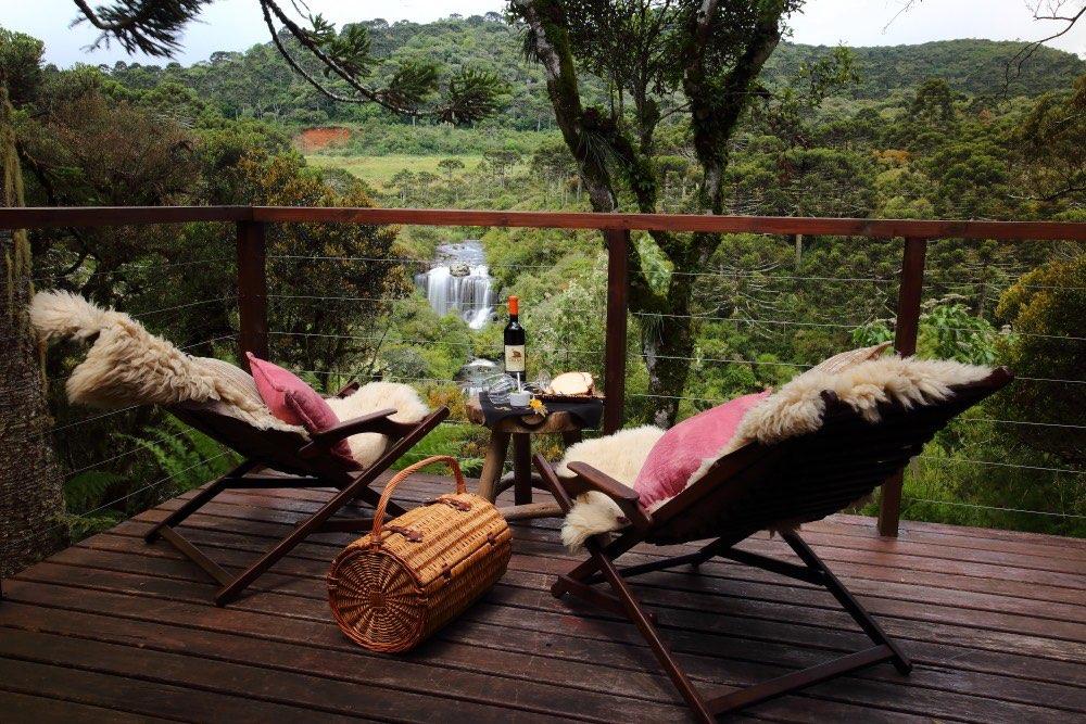 Varanda com deck e vista incrível para as cachoeiras